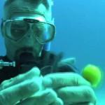 O que acontece quando você abre um ovo debaixo d'água?