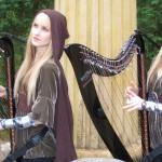 Duas gêmeas tocando os temas de O Senhor dos Anéis em harpas