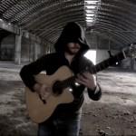 Apenas um cara tocando Thunderstruck no violão