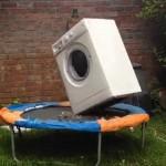 E isso é o que acontece quando você coloca uma maquina de lavar em um trampolim