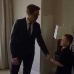 Tony Stark doa braço biônico do Homem de Ferro para um menino