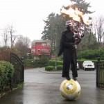 Kylo Ren tocando uma gaita de fole que cospe fogo enquanto se equilibra em um BB-8